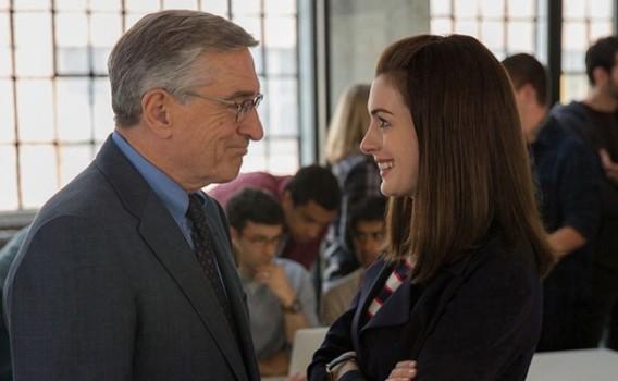 Anne Hathaway está fofa em comédia com Robert De Niro