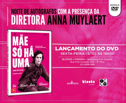 Anna Muylaert autografa seu mais recente filme, Mãe Só Há Uma